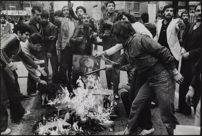 Abbas, 'Rioters burn a portrait of the Shah as a sign of protest against his regime. Tehran, December 1978', uit de serie 'IranDiary'