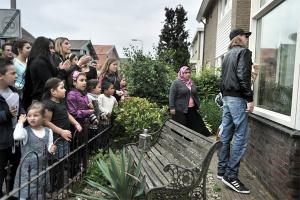 Joost van den Broek: Inwoners van Hengelo, willen dat de penningmeester van pedofielenvereniging Martijn uit hun buurt vertrekt. Daarbij lijken de bewoners het recht in eigen hand te willen nemen, 2011