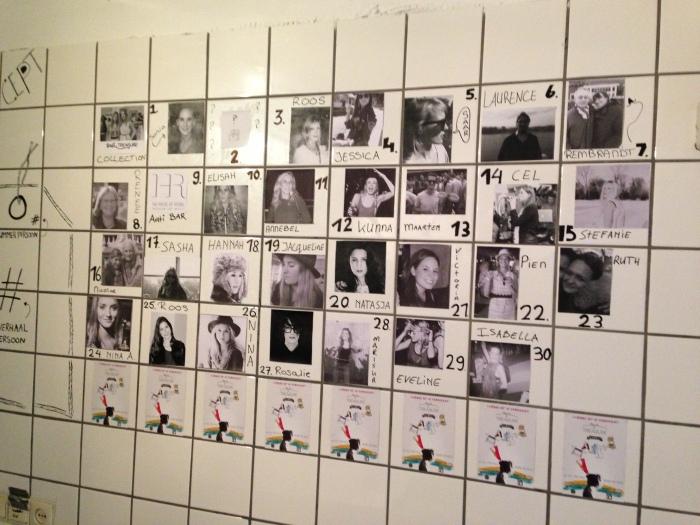 de verkopers / verhalenvertellers op de muur van de spoelkeuken