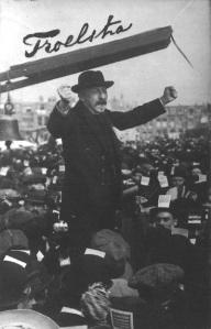 Pieter Jelles Troelstra spreekt op 17 september 1912 een menigte toe in Den Haag tijdens een demonstratie voor algemeen kiesrecht
