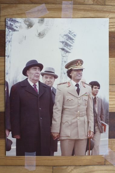 Khadafi en Leonid Brezjnev, secretaries-generaal van de Sovjet-Unie, hand in hand in Moskou, 27 april 1981. (c) 2011 Michael Christopher Brown for Human Rights Watch
