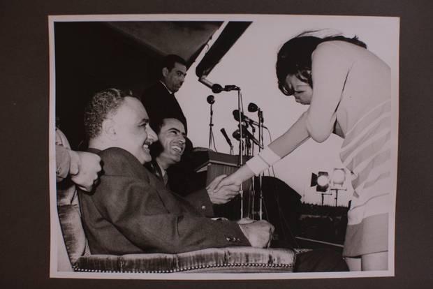 President Nasser, Kolonel Khadafi en een fan in het Benghazi Stadion tijdens Nassers bezoek aan Libië. Benghazi, december 1969.© 2011, Courtesy Michael Christopher Brown