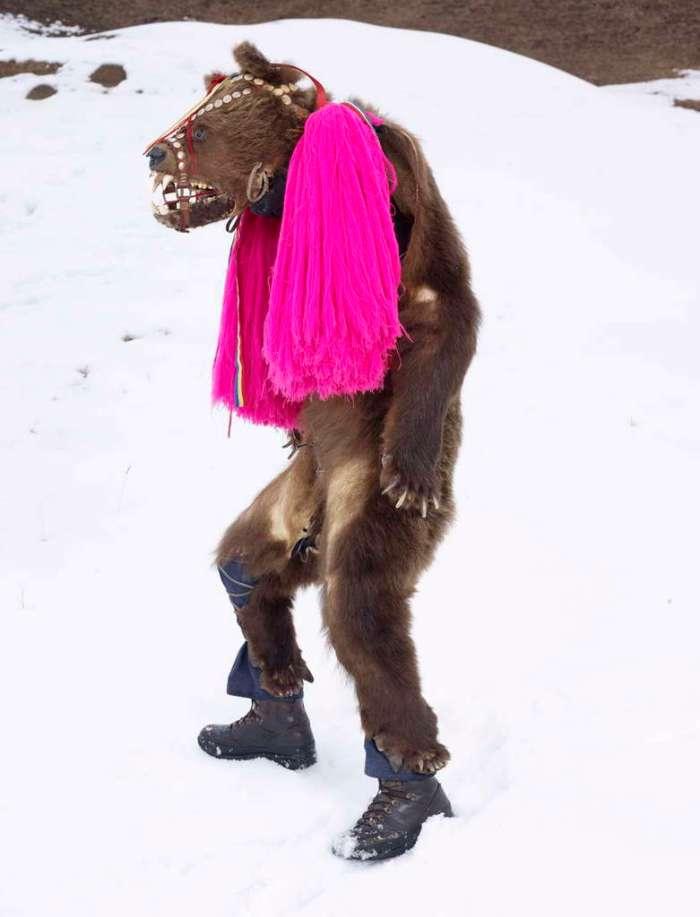 Charles Fréger: Ursul (Ours), Palanca, Roemenië