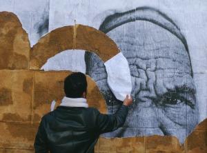 "Hamideddine Bouali: ""Regards"", Bab B'har (Porte de France). Tunis 18 maart 2011."