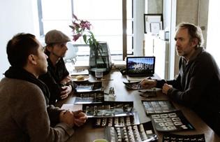 Anton Corbijn met de vormgevers van SMEL Foto © SMEL