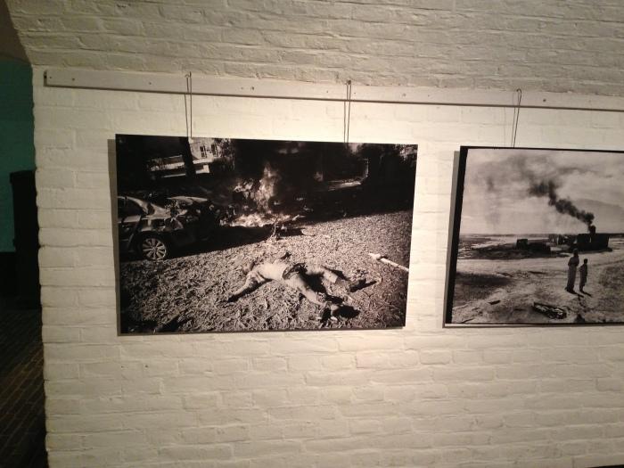Gang in het Vestingmuseum met werk van Eddy van Wessel