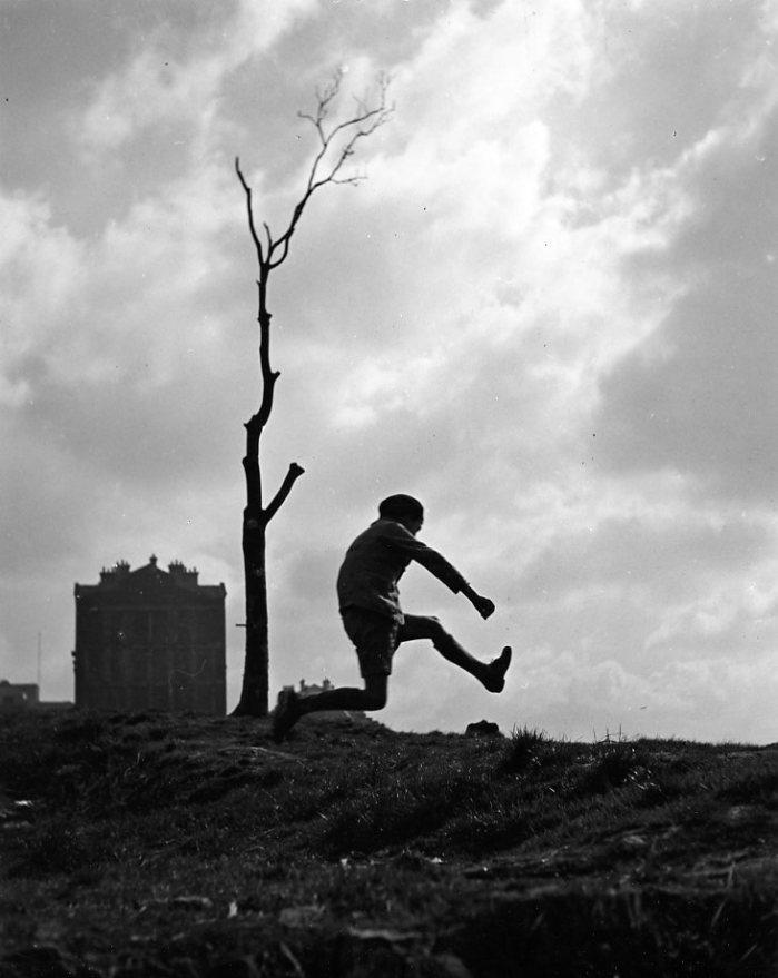 Robert Doisneau: La poterne des peupliers,1932