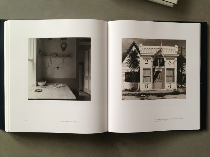 © Walker Evans links: Kitchen Interior, Maine, 1969 rechts: Facade of House with Large Numbers, Denver, Colorado, 1967