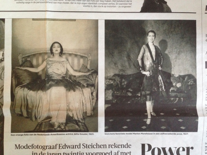 Links: © Edward Steichen: Actress Jetta Goudal wearing a satin gown by Lanvin, 1923 Rechts: © Edward Steichen: Model Marion Morehouse in a dress by Chéruit, in Condé Nast's apartment, 1927