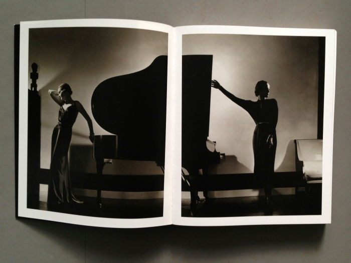 "© Edward Steichen: ""Black"": Model Margaret Horan in a black dress by Jay-Thorpe (links) and model Frances Douelon in a black jersey dress (rechts), 1935"