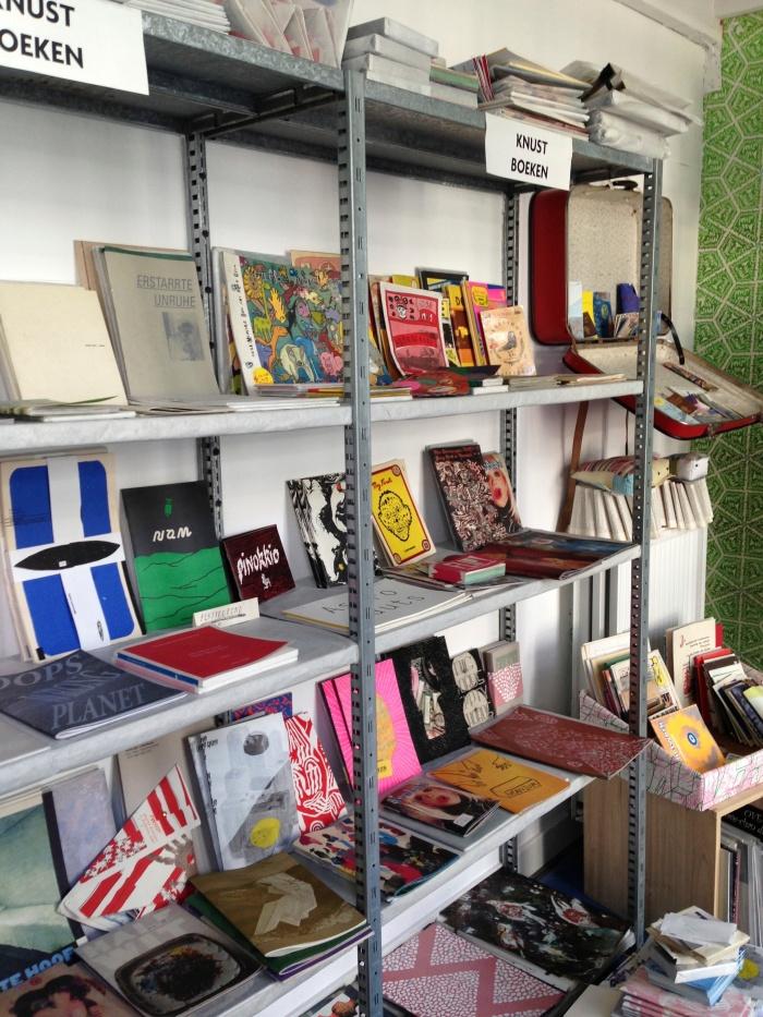 In de winkel van Knust vind je allerhande kunstenaarspublicaties en behang