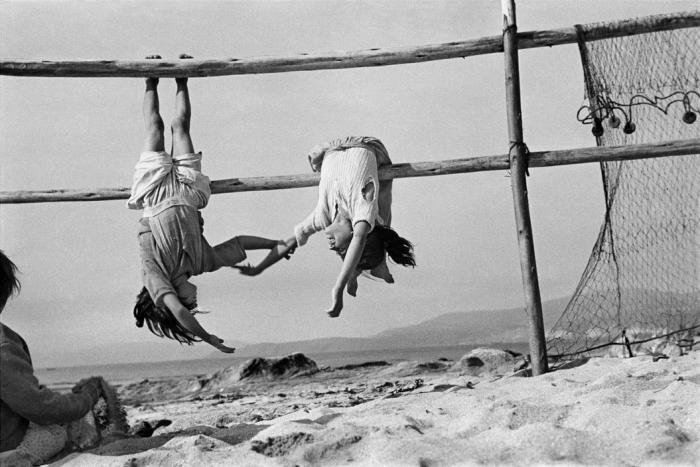 ©Sergio Larrain: Village of Horcones. Fishermen daughters