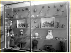 Vitrine met Surinaams Creoolse en Marron objecten in het museum van het Koloniaal Instituut, Amsterdam /  Tropenmuseum, Fotobureau