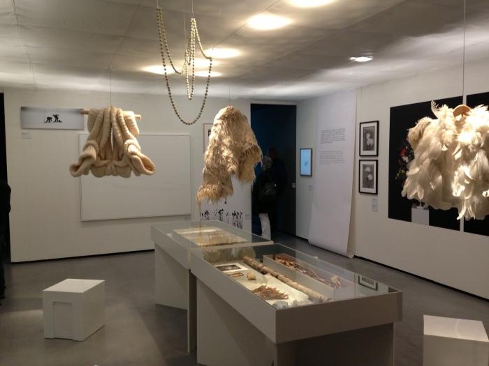Wunderkammer op Wit, met o.a. gebreide trui van Sandra Backlund