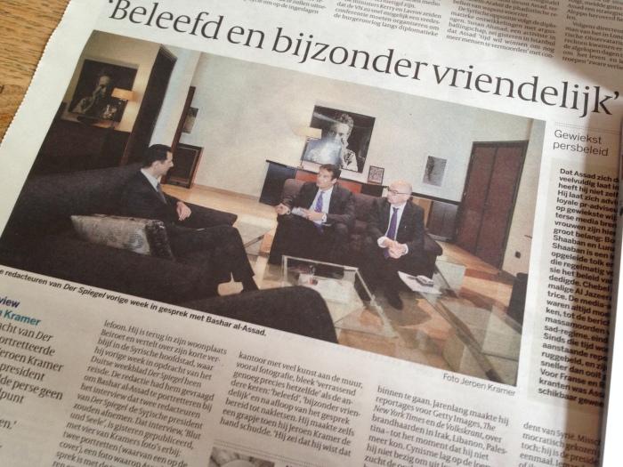 Assad met de twee Duitse redacteuren in zijn kantoor, publicatie in de Volkskrant