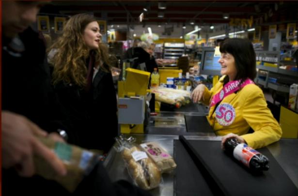 © Ilvy Njiokiktjien: De 50-jarige Jolanda viert haar verjaardag niet met familie maar met de klanten in de winkel