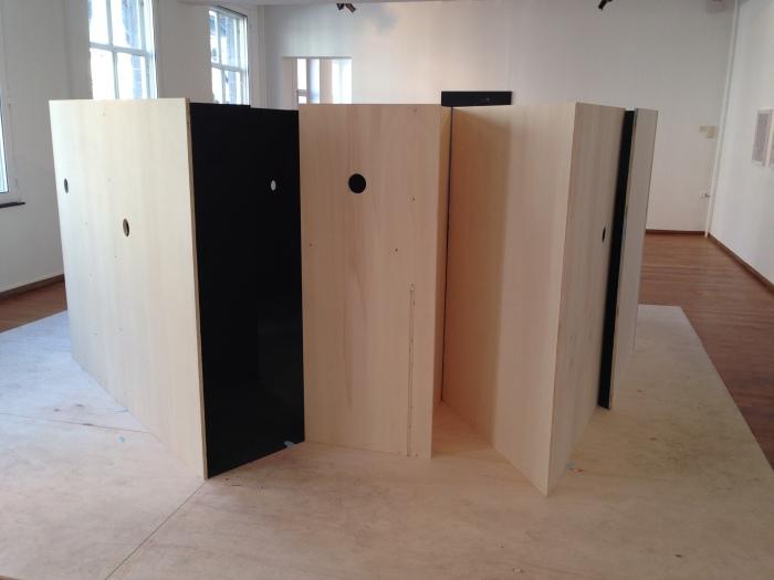 Houten hokje, onderdeel van de installatie Interior A-H, 2013