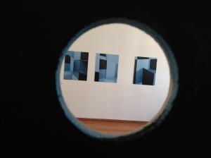O die halfgare kunstcriticus die op een tentoonstelling z'n eigen quasi artistieke fotootjes gaat maken: die ben ik nu dus even.