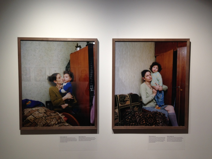 In de tentoonstelling: links: Ketevan and Dimitri, Tblisis, Georgia, 2007 rechts: Ketevan and Ana, Tblisi, Georgia, 2010