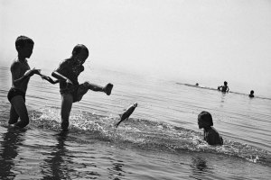 Oleg Klimov, Kinderen spelen met vissen in de Wolga. Laisjevo (deelrepubliek Tatarstan). Augustus 2000© Oleg Klimov