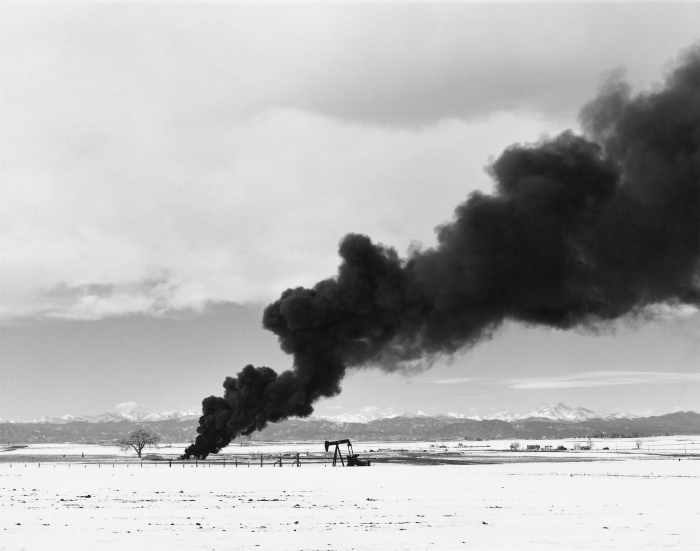 © Robert Adams: Burning oil sludge, north of Denver, Colorado,  1973-1974 / Courtesy Fraenkel Gallery, San Francisco et Matthew Marks Gallery, New York