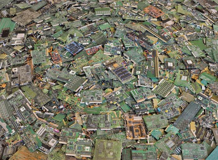 ©Chris Jordan: Circuit boards #2, New Orleans 2005, uit de serie: Intolerable Beauty: Portraits of American Mass Consumption (2003 - 2005)