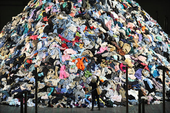 No Man's Land van Christian Boltanski, 2010: een berg van afgedankte kleren. Foto: via STAN HONDA/ AFP/ Getty Images