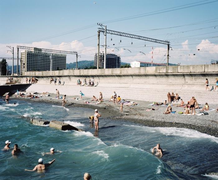 © Rob Hornstra: Het strand bij Adlersky Kurotny Gorodek, Adler, Rusland 2011 Uit: The Sochi Project / Rob Hornstra & Arnold van Bruggen