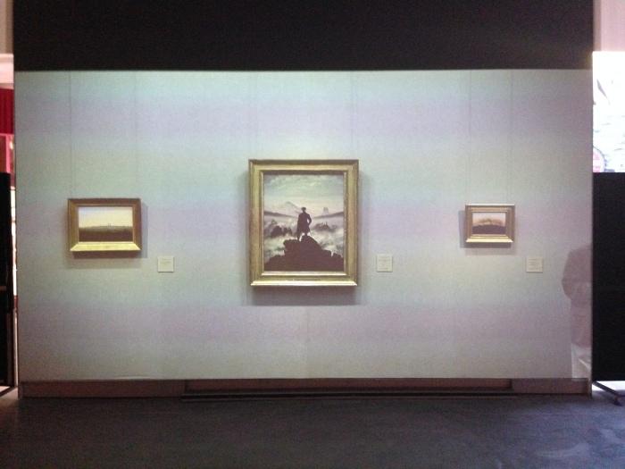 Projectie van Der Wanderer plus bezoekers op de muur van MOTI, Breda