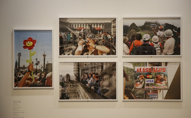 Ansichten van Martin Parr. Magnificent Obsessions, The Brabican Gallery, Londen. Foto © Peter MacDiarmid, Getty Images