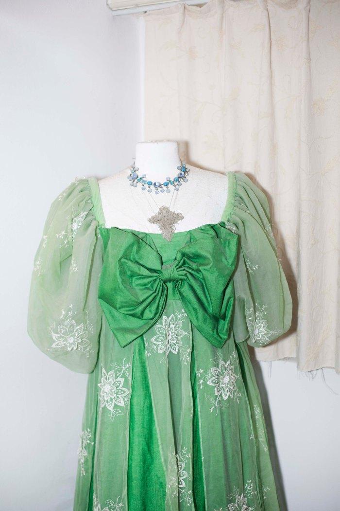 Een groene prinsessenjurk, ook een oud operakostuum Foto © Zahra Reijs