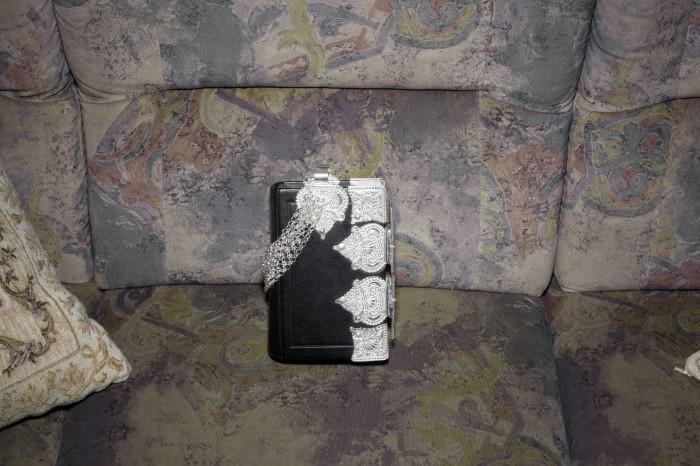 Bijbel met zilverwerk van Trijntje Bloemert Foto © Zahra Reijs