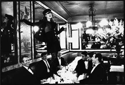 4_Arthur_Elgort_Kate Moss at Cafe Lipp Paris VOGUE Italia 1993